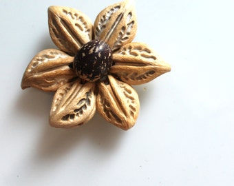 Big flower made with a Pearl and seed plant. origin: South America / Triskele Beads