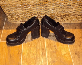 "1980s-90s Womens Black Faux Leather L.E.I.Platform Chunky Heel Slip On Size 8-8.5/ Black Stacked 4"" Chunky Heel Shoes/ Platform Loafers"