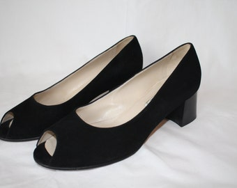 Peep-toes in Black Suede