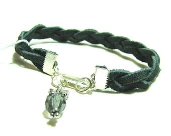 Petrol / Armband aus geflochtenem Wildleder mit Schmetterling und Kristall Charme