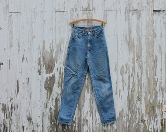 1990s high waist jeans, medium blue, Levi's 900 series, silver label, two front and two back pockets, coin pocket, mom jeans, medium
