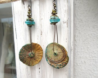 Tourbillons : Primitive earrings, baroque and minimalist with porcelain discs cooked over a wood fire...