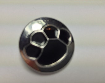 1- 20mm silver tone paw print Snap Button. Black on silver