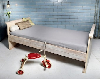 Cot made of recycled timber | Galon
