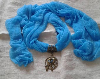Blue scarf and his Parrot jewelry bronze