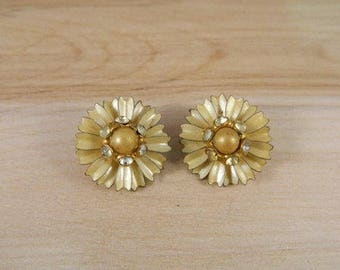 Yellow Flower Earrings, Vintage Clip On Earrings,  Gold Flower Clip Earrings, Vintage 1960s Floral Earrings, Daisy Jewelry, Vintage Costume