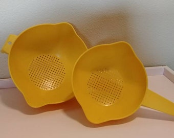 Two vintage Tupperware colanders comes with a 1 quart and a 2 quart strainer