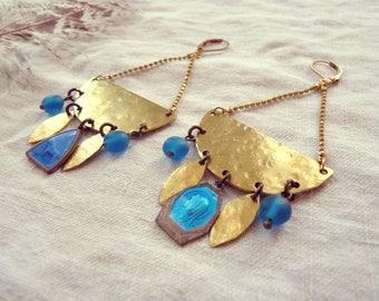 Boucles demi lune bohème chic >> Ghislaine >> Laiton, médailles vintage, perles récup' >> Pièce uniques >> Prêt à expédier.