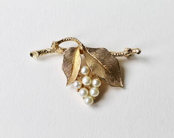 Vintage Sarah Coventry gold pearl grape brooch. Sarah Coventry Canada gold tone textured bunch grapes pearl brooch. Pearl grapevine brooch.