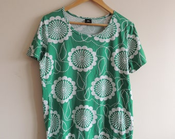 FREE SHIPPING - Vintage NANSO green and ivory circles/ flowers short sleeve t-shirt, size L