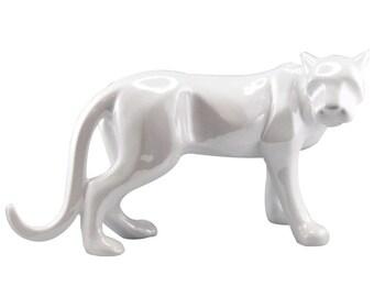 Statue de panthère en céramique blanche. Longueur 43 cm, hauteur 26 cm