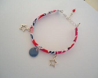Bracelet fin avec un ruban Liberty et des breloques - Bijou gypsy chic - Style bohémien