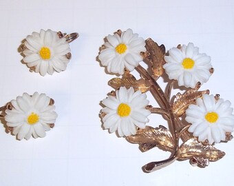 Daisy Pin and Clip Earrings Spring Fresh Set great condition 1970s