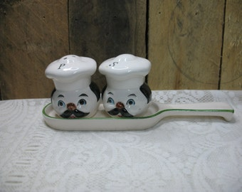 Salt & pepper shakers with tray, 1970's heads table decoration