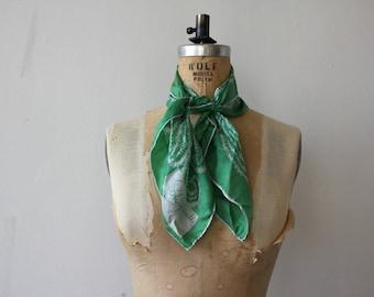 foulard vintage des années 1960 / années 60 vert foulard en soie / schiaparelli écharpe / designer foulard en soie / roulé écharpe ourlet / vert foulard paisley