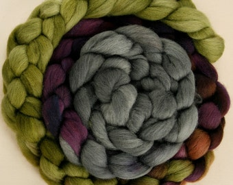Haunui NZ Halfbred 23.5 micron combed wool roving -  100gr Sagebrush over natural Light Grey