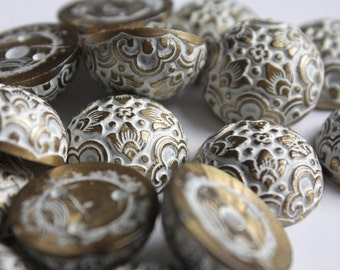 20mm gold and white arabesque style cabochons. patterned cabochons. wholesale beads. FREE UK P+P