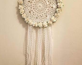 Attrape-rêve de dentelle, roses blanches