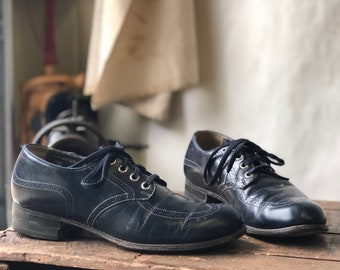 6.5 B | Vintage Women's 1950's Navy Blue Lace Up Oxfords with Wing Tip Brogue Details