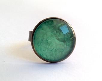 Round ring, green monochrome pattern.