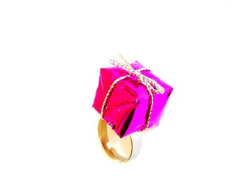 Ring THE MINIATURE GIFT, fuchsia pink, by The Sausage