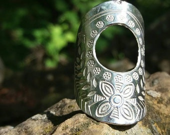 ring.sterling silver.thailand.Asian style.flowers.ethnic drawings.tribal.big.artisan.leaves.boho.stylish.recycling.