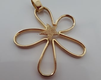 18k yellow gold pendant in a stylized star shape with a central satin starlet