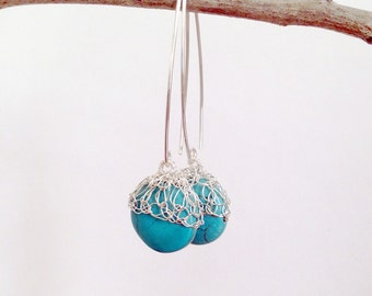 Gold-Perlen-Ohrringe. Handgemachte Draht häkeln Perlen