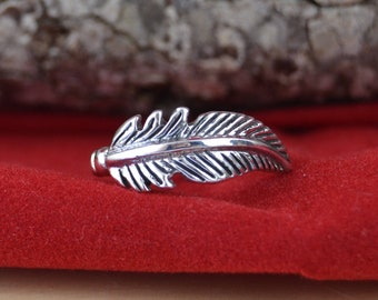 Sterling silver feather band ring in sizes 6, 7, 8, 9
