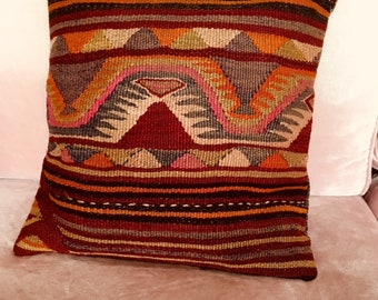 16 x 16 inc pillowcase. A unique sample of Turkish kilim art. Decorative and durable. Aperfect gift. Made of pure wool and love.
