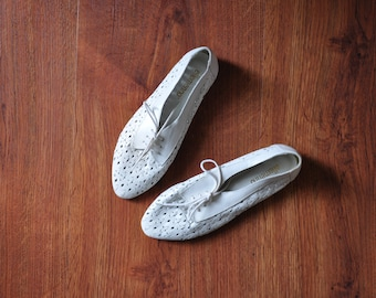 90s white floral oxfords / 1990s perforated leather shoes / white cutout lace up flats 7.5