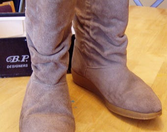 Taupe Beige Suede Leather Slouch Boots, Size 9 1/2 N, BP&Me by JC Penney, 1970's, Made in Spain, Rubber soles
