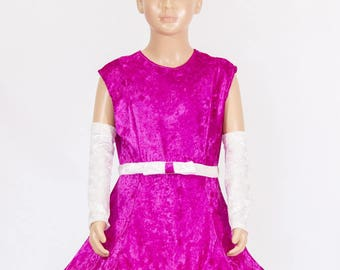 little girl with hoop fuchsia dress and a bow cream around the chest