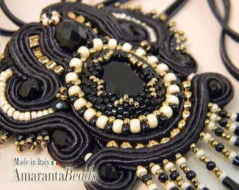 "Ciondolo pendente in soutache ""The night"" soutache ricamato con perline e rocaille intorno a cabochon swarovski incastonato"
