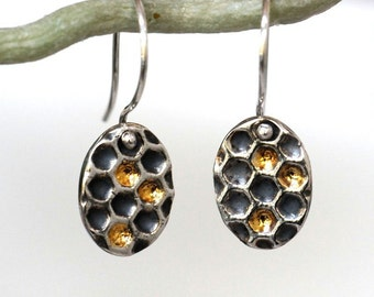 Silver honeycomb earrings with gold details, oval dangles