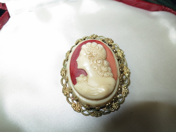 Beautiful vintage gold metal filigree carved glass and resin cameo brooch