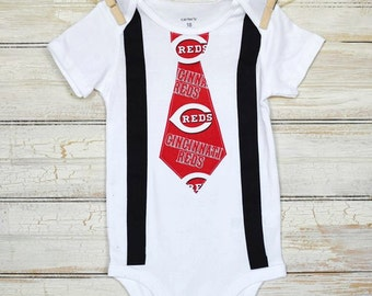 REDS/CINCINNATI REDS /Onesie with Suspenders and Tie/ Navy blue Suspenders / Made to Order/ Trendy Mom and Dad/ Football games