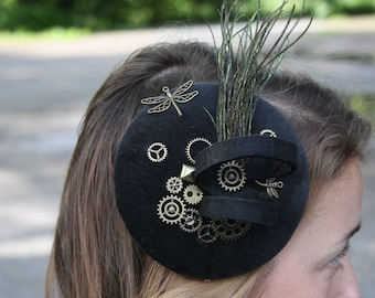 Fascination steampunk black, iridescent peacock feathers, dragonfly, gears, felt spiral