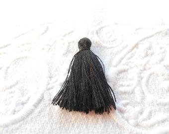 A black 3 cm tassel.