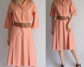 Robe chemise vintage de rose saumon, jupe plissée, français, longueur genou, grand