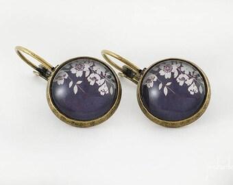 Boucles d'oreilles cabochons dormeuses, motif fleurs de cerisier japonais fond noir