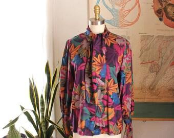 Jahrgang Pierre Cardin Sekretärin Bluse, Muschi Bogen Bluse mit Gauntlet Ärmeln. Viskose Juwel Ton tropisches Blatt drucken