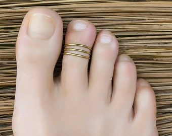 Gold toe ring. foot accessories. foot ring. adjustable toe ring. toe ring gold. bridesmaid gifts. tiny ring. pinky ring.