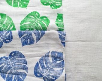 Lange pour bébé avec feuilles de Philodendron imprimé à la main, idée cadeau pour nourrisson, impression indigo, trousseau de naissance
