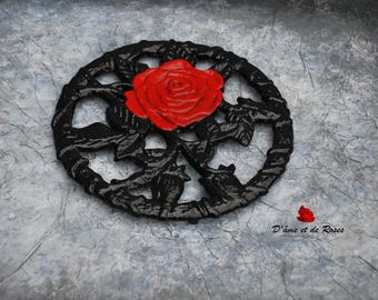 trivet 1 metal with a red rose