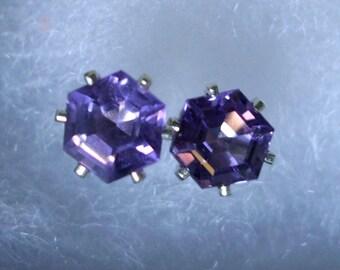 Ohrringe, die sechseckigen afrikanischen Amethyst Ohrstecker - Eco freundliche Sterling silber aus recycelten Quellen, 5-6 mm Beiträge lila Lavendel natürliche Februar