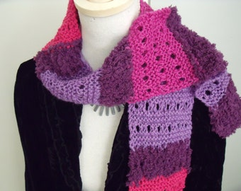 Open-worked scarf in purple shades (150 x 13 cm)