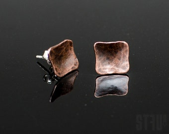 Tiny irregular square shaped earrings made of hammered and oxidized copper. Small earrings. Elegant earrings Square earrings Copper earrings