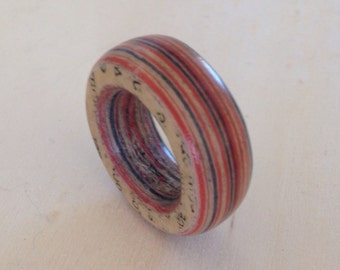 paper ring, art ring, statement ring, made from old dutch bookpages combined with red and black colored paper