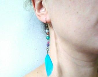 boucle d'oreille solitaire,plume turquoise fantaisie,monture laiton,perles,oreille percée, pièce unique